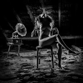 The sound of ... by Todor Lichev - Nudes & Boudoir Artistic Nude ( gramophone, girl, nude, black and white, artistic nude, beauty )