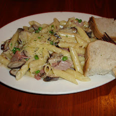 Creamy Penne Pasta With Ham and Peas