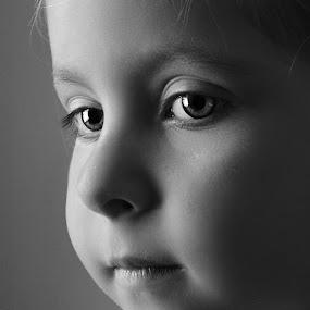 ochite na dete by Julian Markov - Black & White Portraits & People