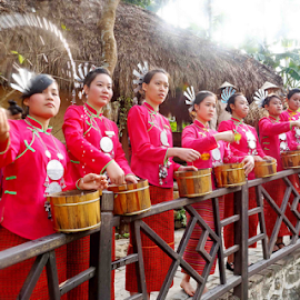 Water Sprinking by Winkie Chau - News & Events Entertainment ( tribe, entertainment, water sprinking, culture, hainan,  )