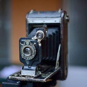 Si uite asa cand umblam prin lucrurile de la bunicul am gasit aparatul asta, un Ball Bearing fabricat de Kodak intre anii 1910 - 1913. Uimirea mare a fost atunci cand am testat mecanismele....Sunt perfect functionale...Si uite asa am un aparat de colectie superrrr...:D      © foto: Costel Ciobanu by Costel Ciobanu - Novices Only Objects & Still Life (  )