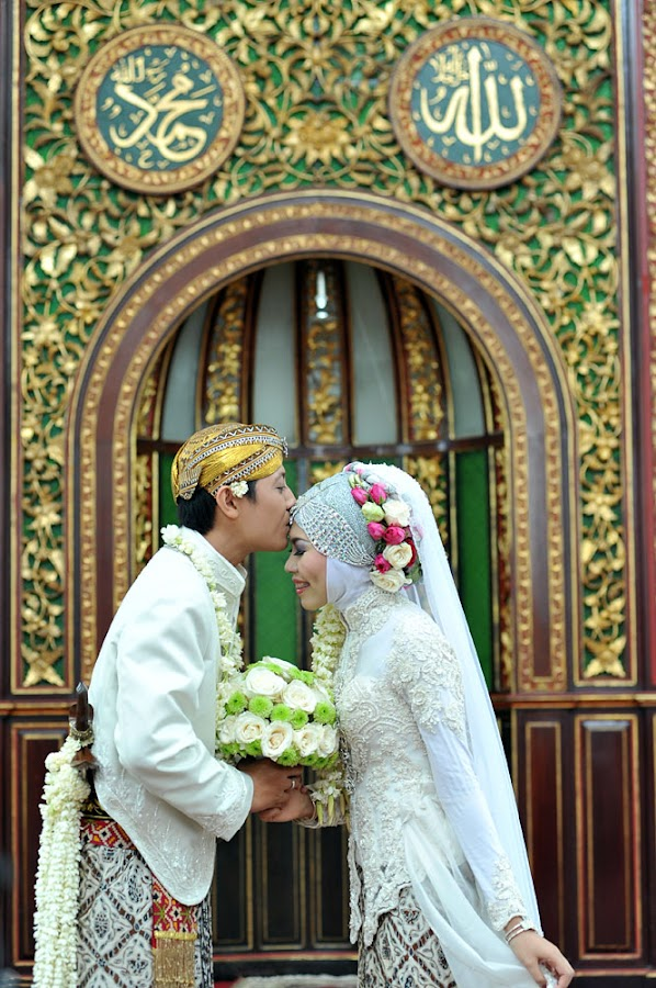 Sacred Kiss | Muslim Wedding on Mosque by Mishbahul Munir - Wedding Bride & Groom ( wedding photographer indonesia, kiss, wedding photography, muslim indonesia, indonesian wedding, wedding photo, wedding photographer, muslim wedding, photographer indonesia )