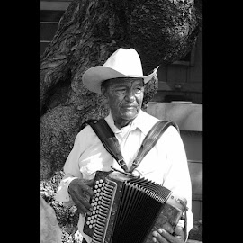 #accordian player in #olverast  #losangeles by Violator Fotography - People Portraits of Men