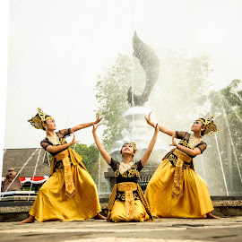Jaipongan dance by Ahmad Fauzi - People Musicians & Entertainers
