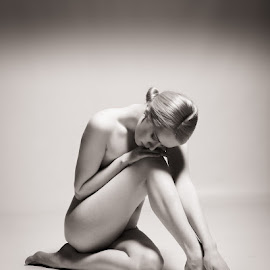 Carla Monaco - studio nude by Barrie Spence - Nudes & Boudoir Artistic Nude ( models, art nude, monochome, blonde, nude, pavilion photographic studio, black and white, carla monaco, female nude, studio nude )