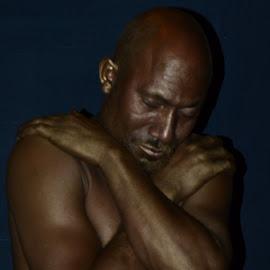 En reflexion by Lidia Noemi - People Musicians & Entertainers ( estatua viviente, hombre, noche, actor, reflexion,  )