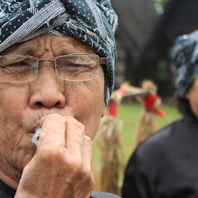 Grandma by Rully Kustiwa - People Street & Candids ( canon, woman, glass, grandmother )