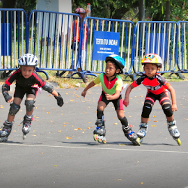 owh beat it. by Robert Antonius - Sports & Fitness Other Sports ( sport station, inlineskate, children, race, competition )