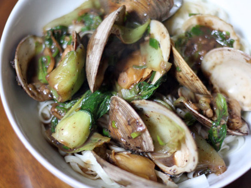 Clams with Black Bean Sauce, Bok Choy, and Noodles Recept | Yummly
