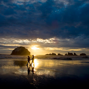 Silhouette of people walking on Oregon beach at sunset. by Gale Perry - Landscapes Waterscapes ( tranquil, #garyfongdramaticlight, #wtfbobdavis, relax, views, tranquility, earth, relaxing, landscapes, light, #8rtcomagazine )