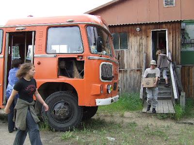 Zunächst beluden wir den SchTEO-Bus mit unserer Camp-Ausrüstung, dann gings nach Nishneangarsk zum Hafen.
