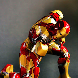 Landing pose! by YanYan Kow - Artistic Objects Toys ( pose, mark42, mark xlii, hottoys, hot toys, mark 42, iron man, landing pose, toys, ironman )