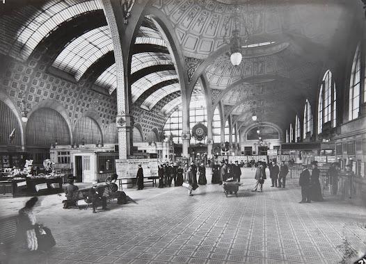 """Pour le peintre Edouard Detaille, la gare est """"superbe et a l'air d'un palais des Beaux-Arts"""". L'ambition de Victor Laloux était d'ailleurs d'offrir des espaces """"plus confortable[s]et plus luxueu[x]"""" que dans une gare traditionnelle."""