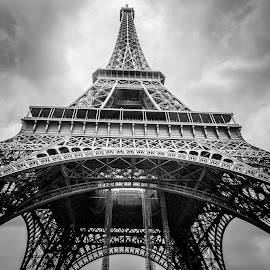 La Tour Eiffel - Monument de Paris by Alonzo Wright - Buildings & Architecture Statues & Monuments ( building, europe, b&w, champ de mars, villes, 1889, world's fair, white, eiffel, marchés, architecture, découvertes curiosités, honeymoon, love, paris, eiffel tower, tower, personnes, gustave eiffel, continents, france, monument, black, rencontres,  )