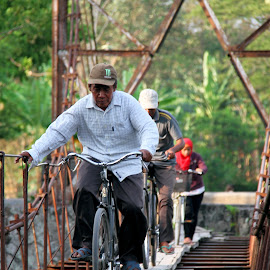 Mengatur Keseimbangan by Fauzi Rizal - People Street & Candids ( #people #bicycle #bridge #dangerous #balance #control )