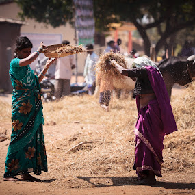 Kerala_20110216_08.12.14 by . Reedd2 - City,  Street & Park  Street Scenes ( indian dress, straw, hay, editorial only, nagarhole, india, kerala, sifting, women, getty images submission, my website, karnataka,  )