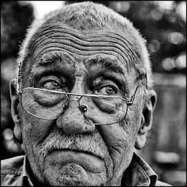 Close up by Etienne Chalmet - Black & White Portraits & People ( black and white, street, men, people, portrait )
