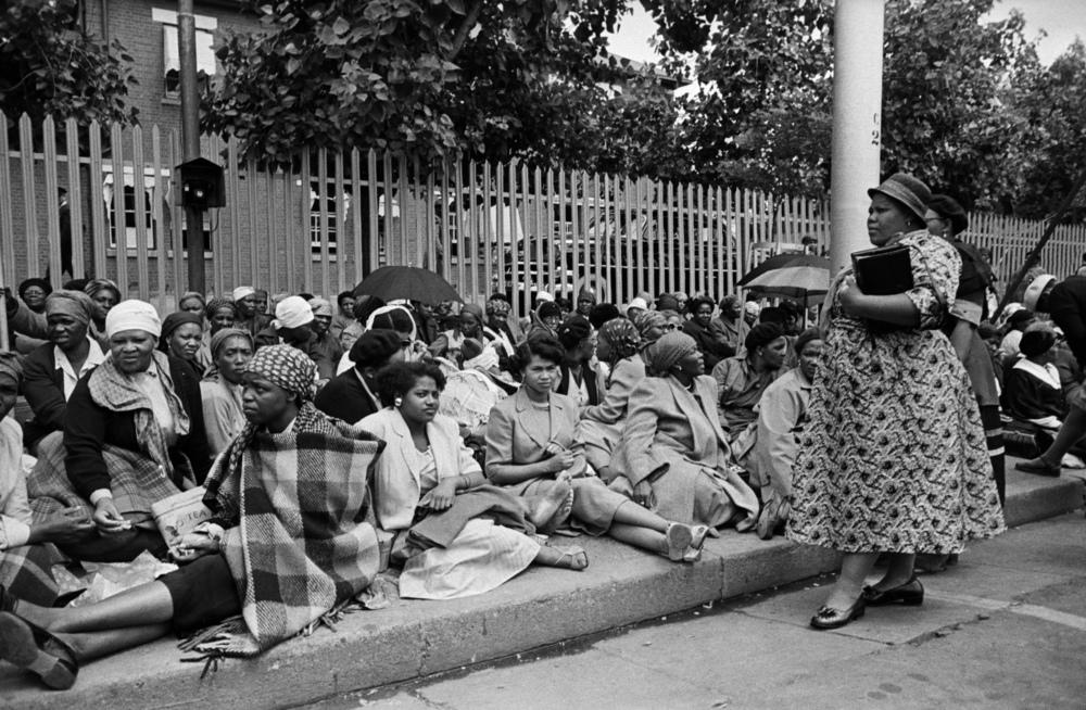 Mulheres chegam à cidade e aguardam o início da marcha