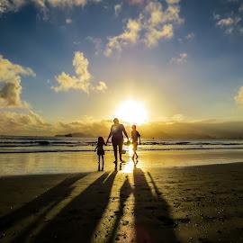 Belo Pôr do Sol by Luiz Costa Araujo - Landscapes Sunsets & Sunrises ( sunset, cloud, summer, beach, sunrise )