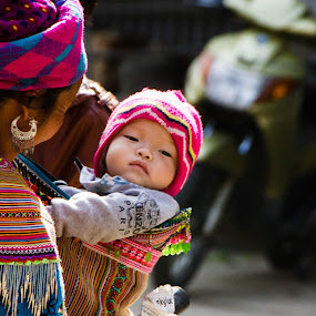 Sunday Morning by Elliot Moore - People Family ( market, mother, bac ha, baby, hmong,  )