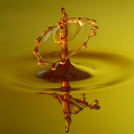 dancing in red by Cédric Guere - Abstract Water Drops & Splashes