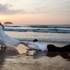 by Antonio Cantabrana - Wedding Bride & Groom
