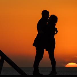 d e s p e d i d a by António Leão de Sousa - People Couples ( costa de caparica, sunset, silhouettes, couple, nikon, sun )