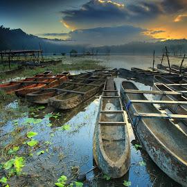 Sunrise Boats by Ina Herliana Koswara - Transportation Boats ( boat sunrise lake morning bali )