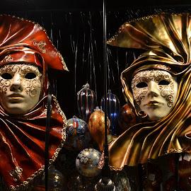 coppia di maschere by Francesco Benettolo - Artistic Objects Clothing & Accessories ( venezia, carnevale, volti, vetrina, maschere )