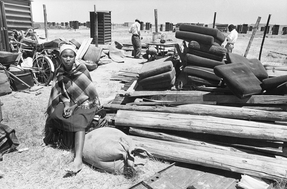 Betty Nakona dumped with her possessions in a resettlement area. Botshabelo: 1987