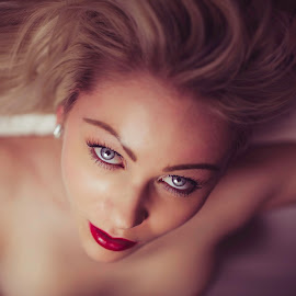 upside-down-blonde by Ian Pettigrew - People Portraits of Women ( blonde, nude, red lips, blue eyes )