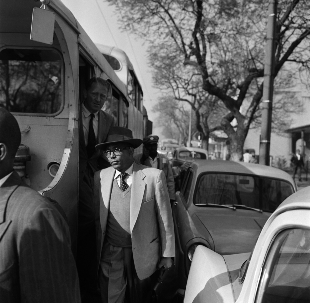 Walter Sisulu arrives at the trial