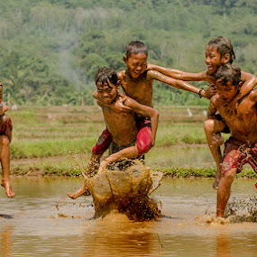 Balap Gendong by Erwin Saleh - Babies & Children Children Candids ( water, children, people )