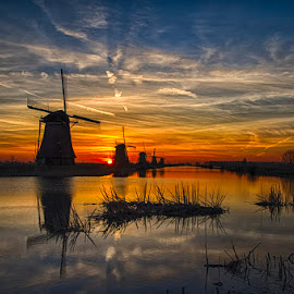 Kinderdijk - Holland by Toine Wessling - Landscapes Sunsets & Sunrises ( zonsopkomst )