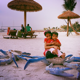 Jas & Jane by Max Samson - Instagram & Mobile Android ( potrait, veera, children, candid, beach, crab, mobile )