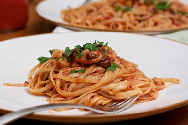 Linguine Puttanesca with Chickpeas Recept | Yummly