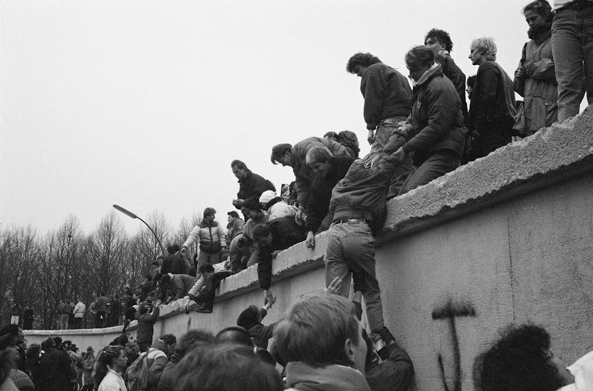 Oos-berlyners klim op die berlynse muur om te vier wat effektief die
