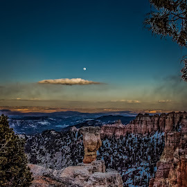 Bryce Canyon at Sunset by Paulo Peres - Landscapes Mountains & Hills ( moon, utah, sunset, canyon, bryce canyon )