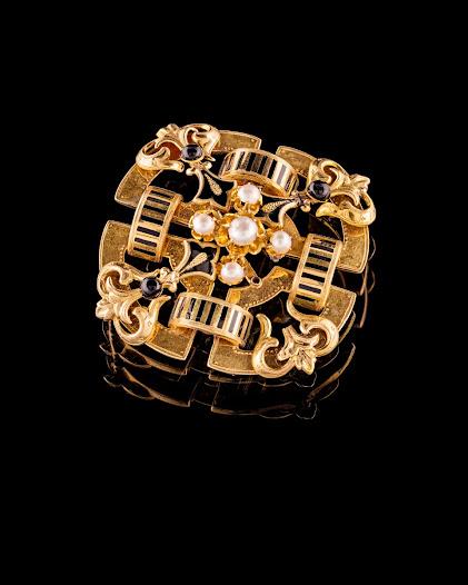 Braceletten satt från början på ett armband, men när den skadades togs den av och troligen användes armbandet utan bracelett i fortsättningen.