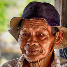 Pak Tua by Mustafa Syahril - People Portraits of Men