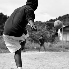 penalty kick by Rizki Mayendra - Black & White Portraits & People (  )