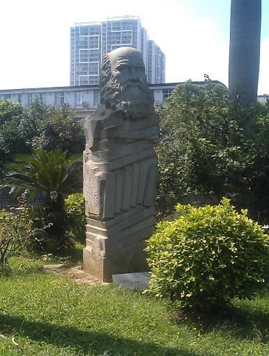 达尔文雕像