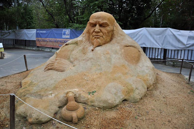 Песчаная скульптура Аладдина и его лампы в Сокольниках