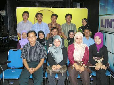 Para penonton yang menyesaki studio TV KU Semarang Penonton talkshow
