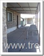 Detalle del pequeño andén techado de la estación, con una estructura metálica que servía para la inspección aduanera y sanitaria de los equipajes de los viajeros
