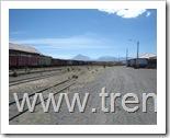 Vista general del patio de la estación de Visviri del FCALP, hacia el SSE, hacia Arica. Al fondo se aprecia la silueta puntiaguda del Volcán Tacora.