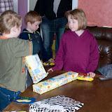 Hampus, Ida och Tim. Hampus öppnar sina presenter.