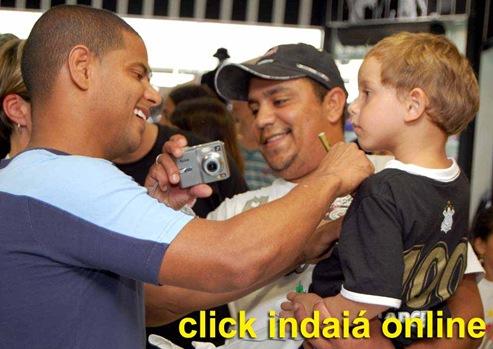 Marcelinho autografa camisa de pequeno corintiano (Crédito: Fábio Alexandre)