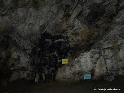 Moartea cu Coasa, pictura rupestra realizata de calaugarii care au locuit in pestera