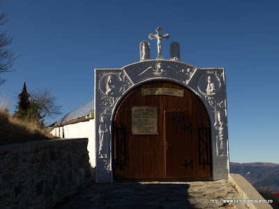 Accesul in curtea schitului se face printr-un tunel pictat cu Sfintii ce se sarbatoresc in fiecare zi a anului